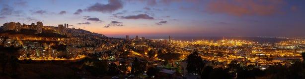 Haifa stad, foto för landskap för panorama för nattsikt flyg- Arkivbilder