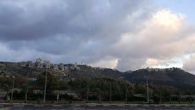 Haifa stadsgrannskap på kullen, aftonhimmel Arkivbild