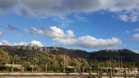 Haifa stadsområde på kullen, blå himmel, härlig solig dag Arkivbilder