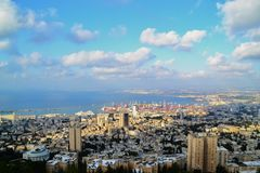 Haifa, vista soleggiata di panorama dalla passeggiata di Louis sul monte Carmelo ai giardini ISRAELE di bahai A NORD fotografie stock