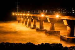 Haifisch-Felsen-Pier nachts stockbild