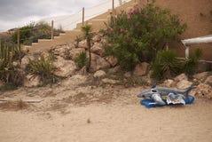 Haifisch inflatables auf Cala Tarida lizenzfreie stockfotos