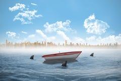 Haifische, die ein kleines Boot im Meer einkreisen Lizenzfreies Stockbild