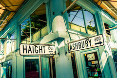 Haight Ashbury路牌连接点角落在旧金山,加利福尼亚,美国 库存图片