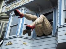 Haight-Ashbury, grappige vrouwelijke benen met legging en rode hielen door venster in een blauw huis - San Francisco, Californië, Stock Afbeeldingen