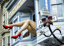Haight-Ashbury, grappige vrouwelijke benen met legging en rode hielen door venster in een blauw huis - San Francisco, Californië, Stock Foto