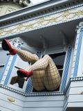 Haight-Ashbury, grappige vrouwelijke benen met legging en rode hielen door venster in een blauw huis - San Francisco, Californië, Stock Foto's