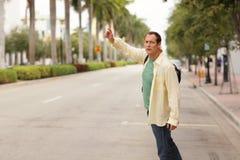 hailing man för cab fotografering för bildbyråer