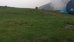 Hailstorm и дождь на dhauladhar горах сток-видео