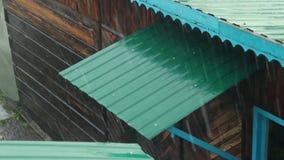 Hailstorm stößt auf das Dach eines Hauses in einem Dorf zusammen stock video footage