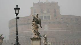 Hailstorm sur le marbre en été dans l'averse de grêle de vent d'orage de Rome dans le château de Rome de l'ange saint clips vidéos