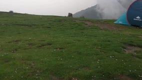 Hailstorm y lluvia en las montañas dhauladhar almacen de video