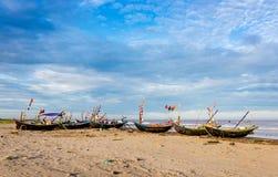 HAILY, NAMDINH, ΒΙΕΤΝΆΜ - 10 Αυγούστου 2014 - αλιευτικά σκάφη που φθάνουν στην ακτή στα ξημερώματα Στοκ Φωτογραφίες