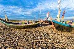 HAILY, NAMDINH, VIETNAM - 10 de agosto de 2014 - barcos de pesca que esperan en la orilla Imagen de archivo