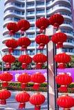 Hainan ö i den Shenzhou halvön, Kina - Februari 16, 2017: Gatasikt med många kinesiska röda lyktor Fotografering för Bildbyråer