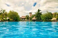 Hainan, China - Juni 29, 2018: Mooie mening van de pool in het Kempinski-hotel op het Eiland Hainan stock foto's
