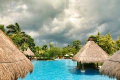 Hainan, China - Juni 29, 2018: Mooie mening van de pool in het Kempinski-hotel op het Eiland Hainan royalty-vrije stock foto