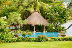 Hainan Chiny, Czerwiec, - 29, 2018: Piękny widok basen w Kempinski hotelu na wyspie Hainan zdjęcie stock