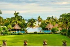 Hainan Chiny, Czerwiec, - 29, 2018: Piękny widok basen w Kempinski hotelu na wyspie Hainan obraz royalty free