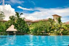 Hainan Chiny, Czerwiec, - 29, 2018: Piękny widok basen w Kempinski hotelu na wyspie Hainan zdjęcia stock