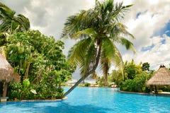 Hainan Chiny, Czerwiec, - 29, 2018: Piękny widok basen w Kempinski hotelu na wyspie Hainan fotografia royalty free