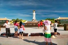 Hainan Kina - Juli 05, 2018: Den största och populäraste statyn av gudinnan Guanyin i Nanshan parkerar royaltyfria bilder