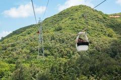 HAINAN KINA - 12 09 2016: Turist som går på bergbanan för kabelbil till berget Arkivbild