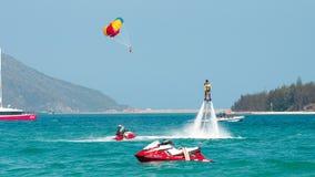 Hainan, Sanya, Chine - 14 mai 2019 : Flyboarding Vol au-dessus de l'eau sur le conseil avec un jet puissant de l'eau photographie stock