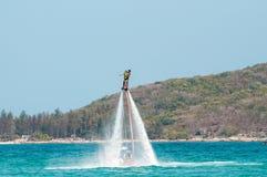 Hainan, Sanya, Chine - 14 mai 2019 : Flyboarding Vol au-dessus de l'eau sur le conseil avec un jet puissant de l'eau photos stock
