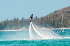 Hainan, Sanya, Chine - 14 mai 2019 : Flyboarding Vol au-dessus de l'eau sur le conseil avec un jet puissant de l'eau image libre de droits
