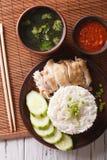 Hainanese鸡米、辣味番茄酱和肉汤特写镜头 Vert 库存照片