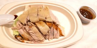 Hainanese kurczaka ryżowy ustawiający w papierowym talerzu Oprócz światu, przetwarza di zdjęcia royalty free