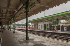 Hainault, Ilford, Essex, Великобритания - 1-ое ноября 2017: Взгляд платформы  Стоковые Изображения RF
