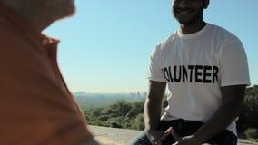 haing与一个wheelchaired人的快乐的有用的志愿者一次谈话 股票视频