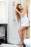 hairball Piękni blondyny Szczotkuje Jej Mokrego włosy Włosiana opieka Zdroju kawaler Zdjęcia Royalty Free