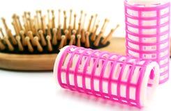 Hairbrush e cabelo-rolos Fotografia de Stock