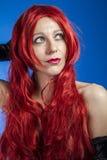 Haircare attraktiv kvinna med enorm röd man, blå chroma royaltyfria bilder