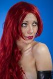 Haircare attraktiv kvinna med enorm röd man, blå chroma arkivbilder