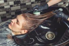 Haircare tillvägagångssätt i skönhetsalong arkivfoton