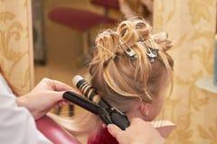 Hairdo του μικρού κοριτσιού στοκ φωτογραφία με δικαίωμα ελεύθερης χρήσης