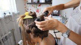hairdo Het mooie bruine haar maakt het stileren stock video
