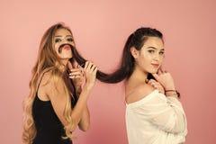 hairdresser As mulheres com tesouras cortaram o cabelo no fundo cor-de-rosa fotografia de stock