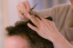 Hairdresser cutting man's hair Royalty Free Stock Photography