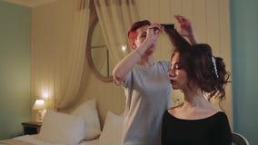 Hairdresser do Hairstyle For Bruid in Voorbereidingszaal stock videobeelden