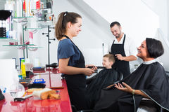 Hairdresser talking with client in beauty salon Royalty Free Stock Photos