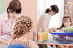 Hairdresser-womens makes hair young woman Royalty Free Stock Images