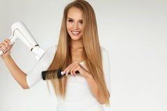 hairdressing Γυναίκα που ξεραίνει την όμορφη υγιή μακριά ευθεία τρίχα στοκ φωτογραφίες με δικαίωμα ελεύθερης χρήσης