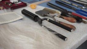 Hairdressing εξαρτήματα ψαλιδιού και κουρέων στο κομμωτήριο απόθεμα βίντεο