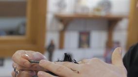 hairdressing κουρέων εργασία όψης αιθουσών καθρεφτών απόθεμα βίντεο