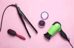 Hairdryer, fryzowania żelazo, hairbrush, lustro fotografia royalty free